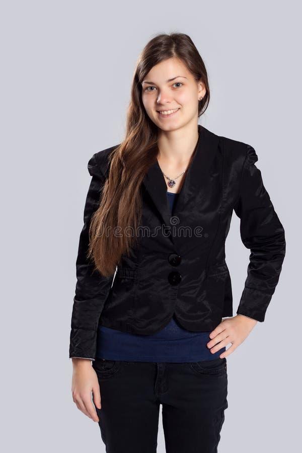 Jeune femme aux cheveux longs avec la beauté naturelle photo stock