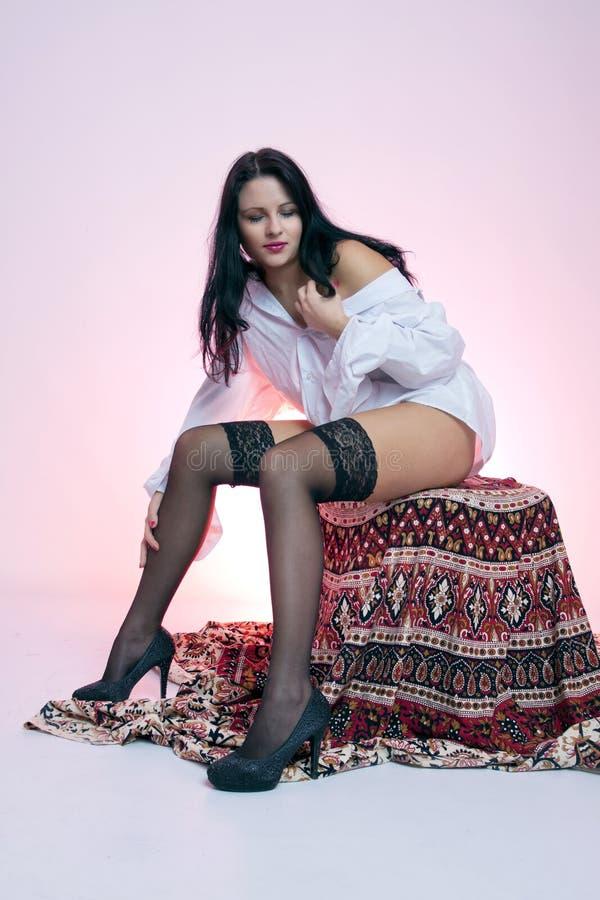 Jeune femme aux cheveux noirs aux cheveux longs photographie stock