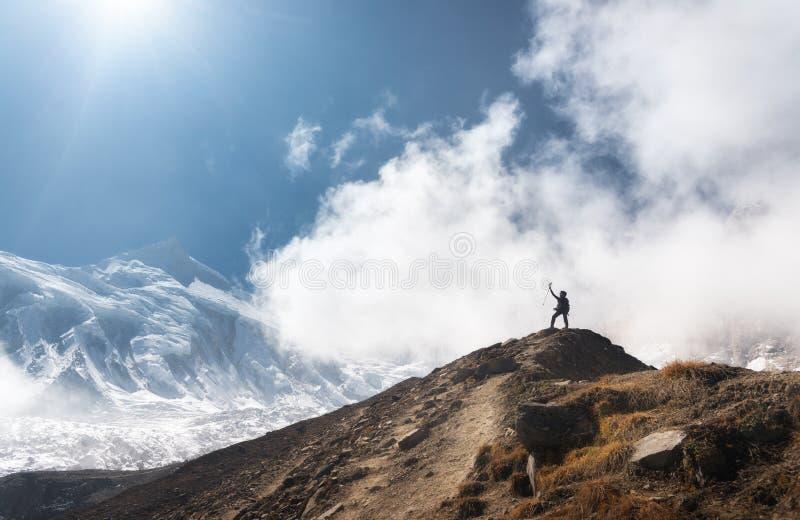 Jeune femme avec augmentés les bras sur la crête de montagne images stock