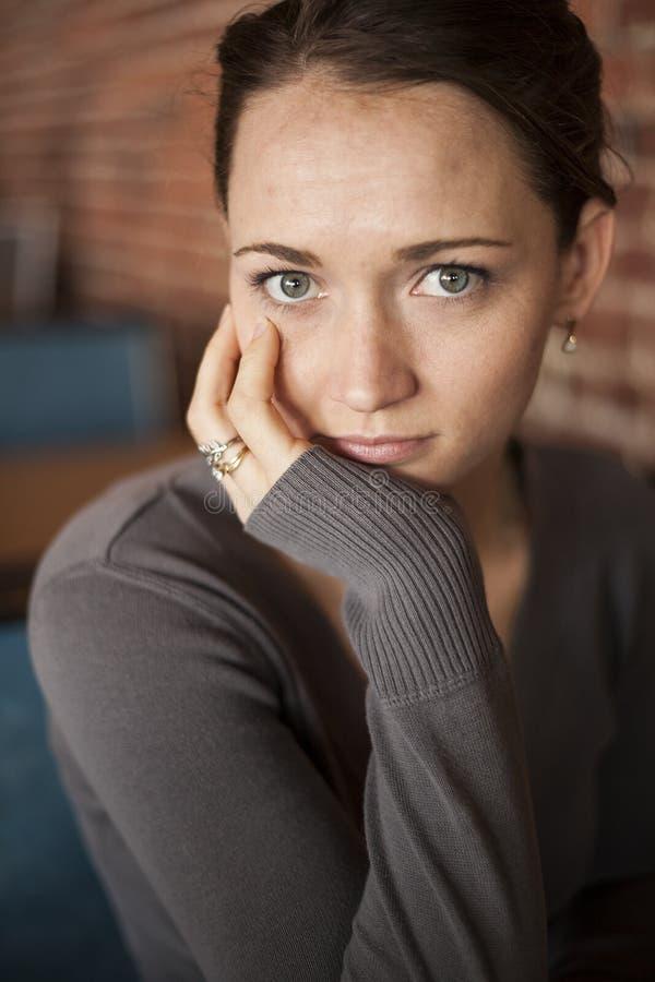 Jeune femme avec de beaux yeux verts et cheveux de Brown photos stock