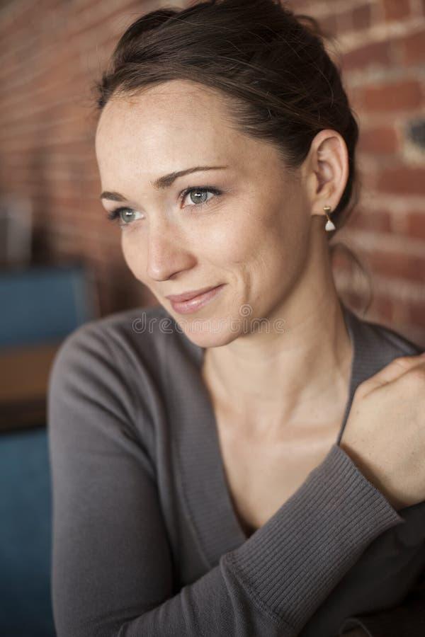 Jeune femme avec de beaux yeux verts et cheveux de Brown image libre de droits
