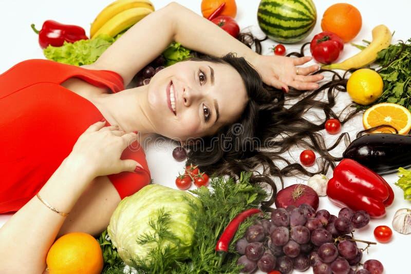 Jeune femme avec de divers légumes et fruits frais photographie stock