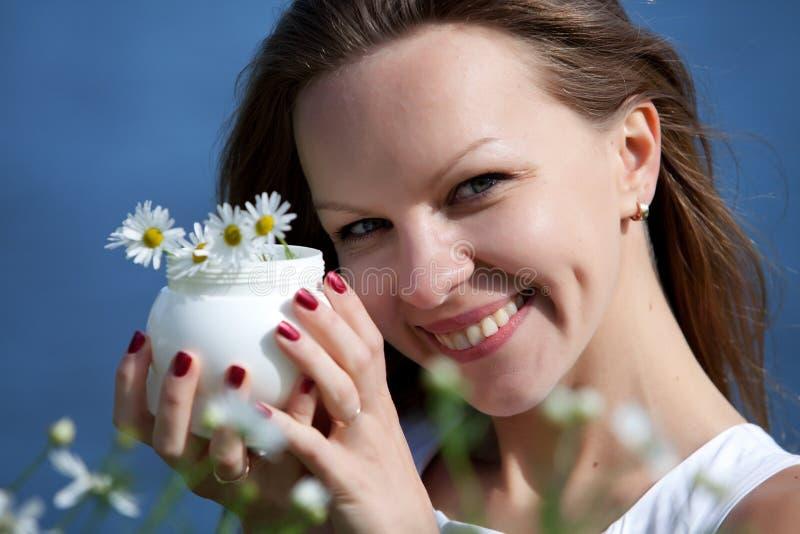 Jeune femme avec de la crème cosmétique photo stock