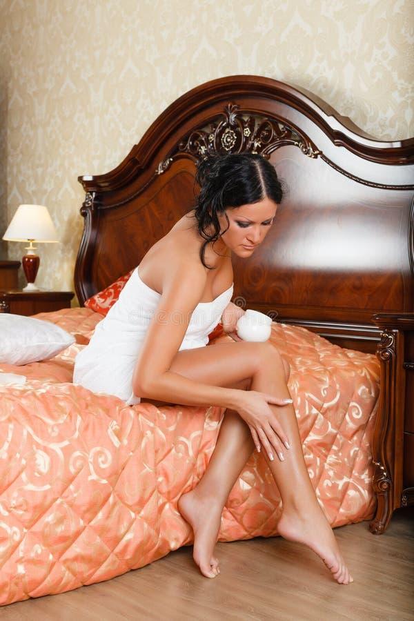 Jeune femme avec de la crème cosmétique photos libres de droits