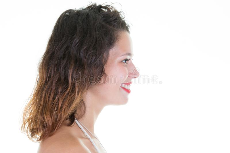 Jeune femme avec de longs cheveux bouclés et profil merveilleux de sourire images stock