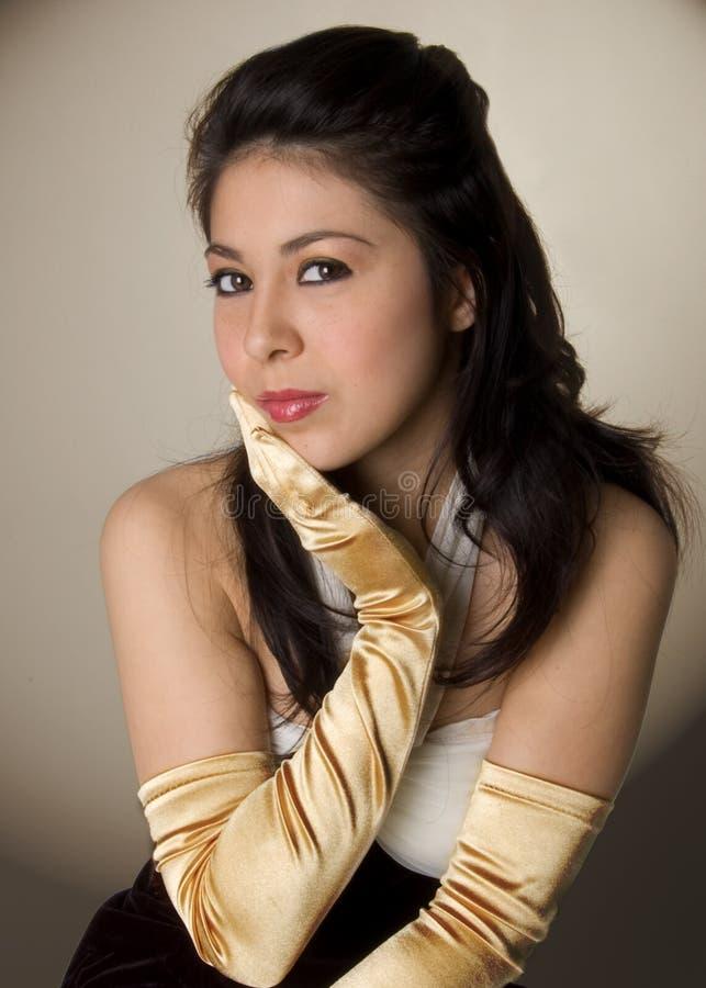 Jeune femme avec de longs gants photographie stock