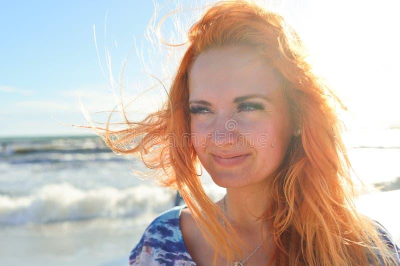 Jeune femme avec de longs poils rouges photographie stock