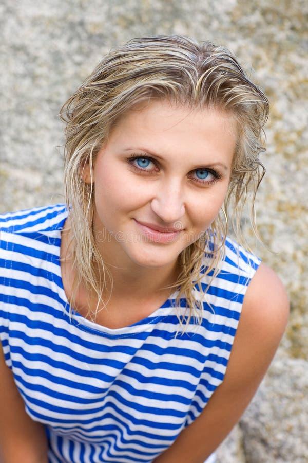 Jeune femme avec des œil bleu image stock