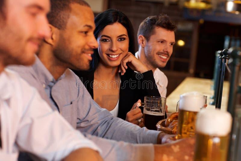 Jeune femme avec des amis dans le bar photo libre de droits