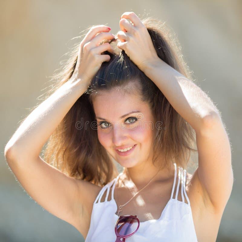 Jeune femme avec des bras augmentés regardant l'appareil-photo image libre de droits