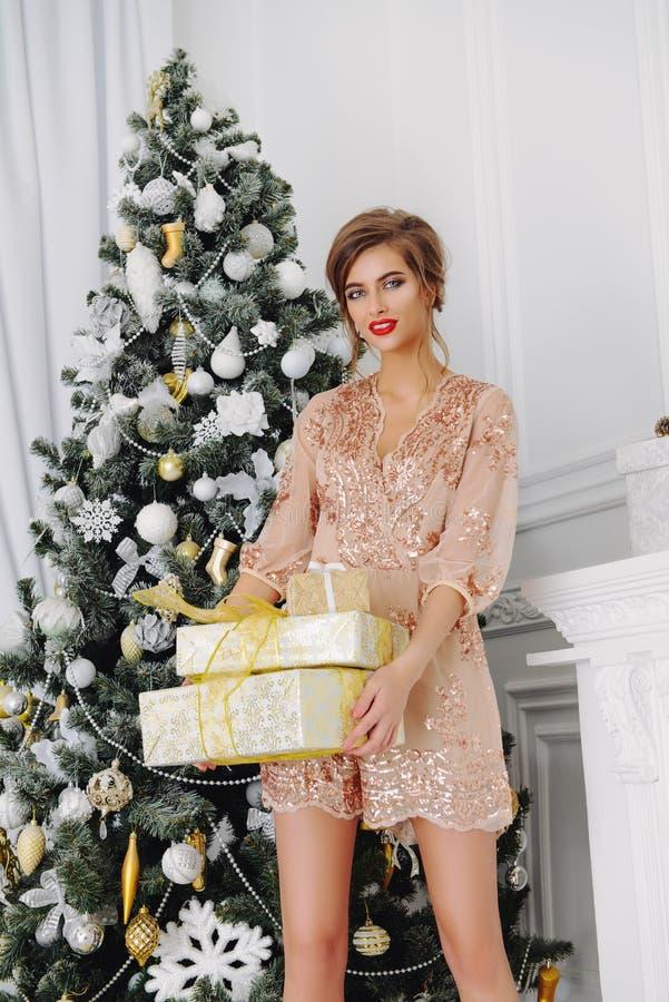 Jeune femme avec des cadeaux photographie stock libre de droits