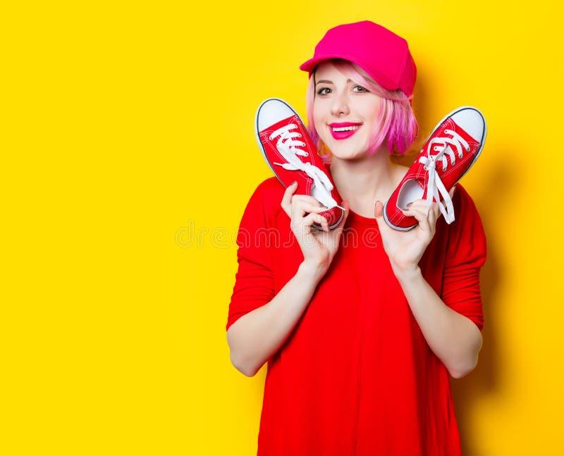 Jeune femme avec des chaussures en caoutchouc images stock
