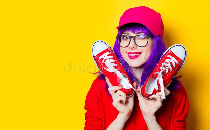 Jeune femme avec des chaussures en caoutchouc photo stock