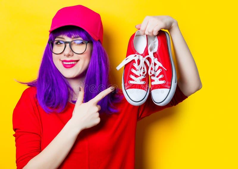 Jeune femme avec des chaussures en caoutchouc image stock