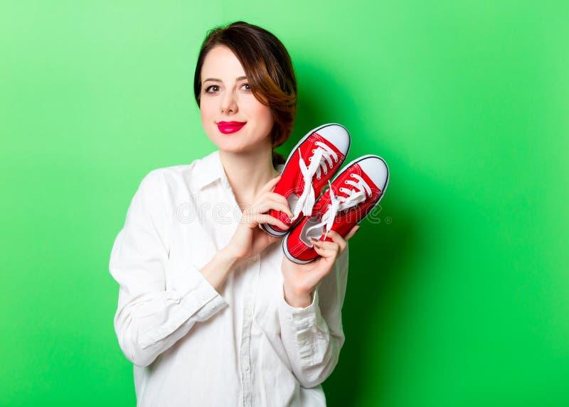 Jeune femme avec des chaussures en caoutchouc photo libre de droits