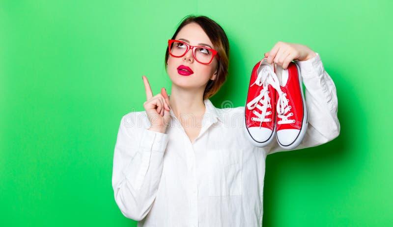 Jeune femme avec des chaussures en caoutchouc image libre de droits