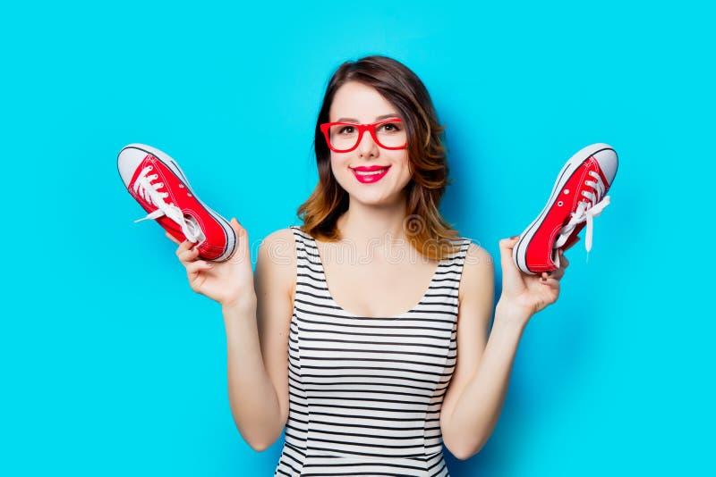 Jeune femme avec des chaussures en caoutchouc photographie stock