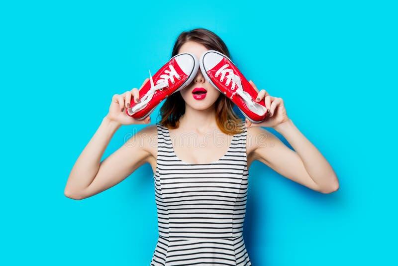 Jeune femme avec des chaussures en caoutchouc photographie stock libre de droits