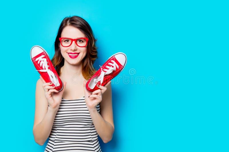 Jeune femme avec des chaussures en caoutchouc photos libres de droits
