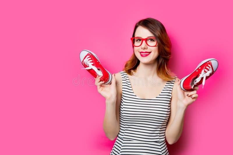 Jeune femme avec des chaussures en caoutchouc photos stock