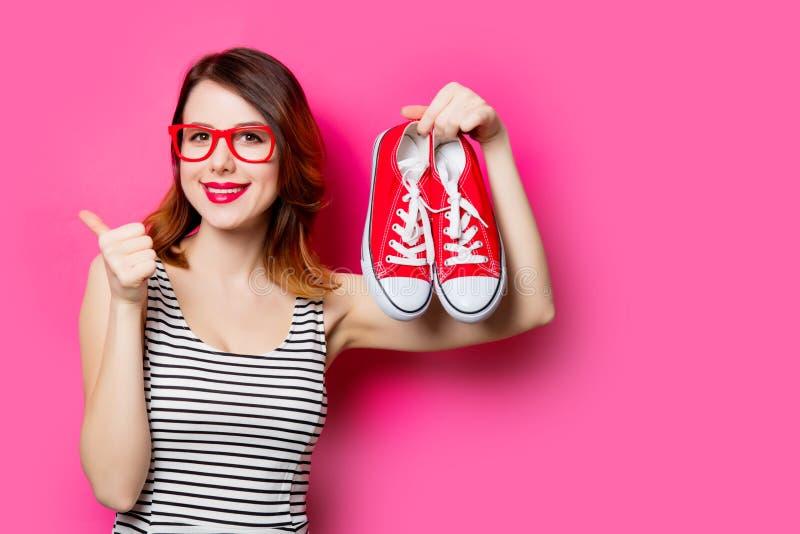 Jeune femme avec des chaussures en caoutchouc images libres de droits