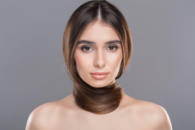 Jeune femme avec des cheveux autour de cou comme écharpe photos stock