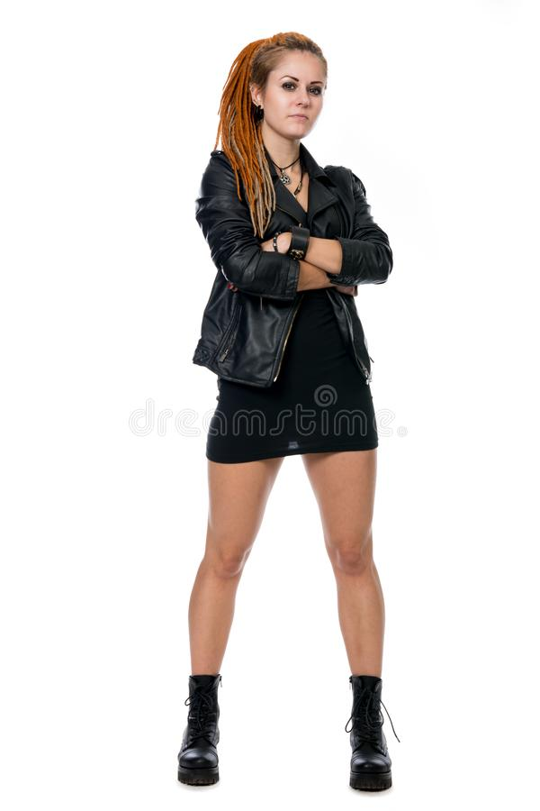 Jeune femme avec des dreadlocks dans une veste en cuir photographie stock libre de droits