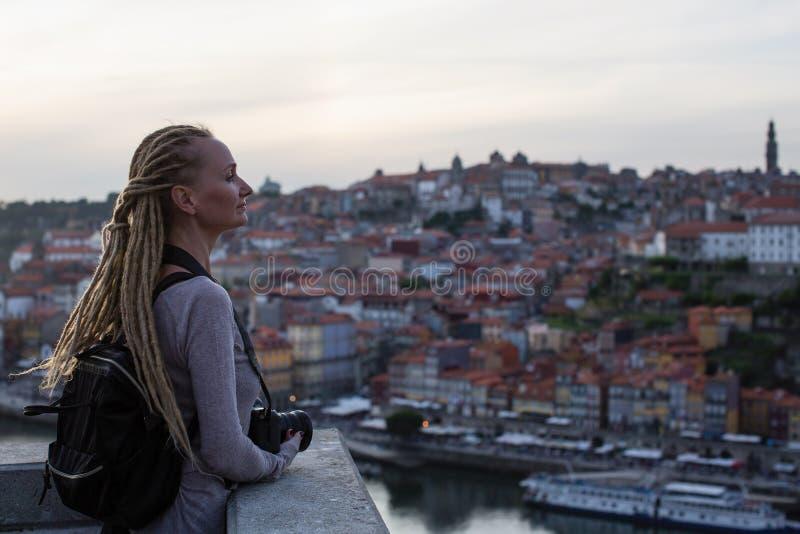 Jeune femme avec des dreadlocks sur le point de vue vis-à-vis de Ribeira sur la rivière de Douro, Porto images libres de droits