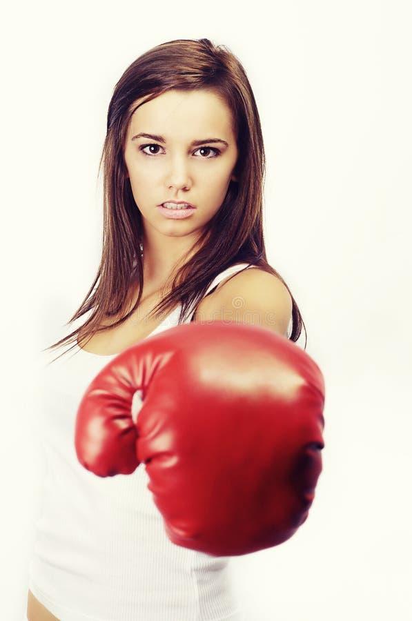Jeune femme avec des gants de boxe images stock