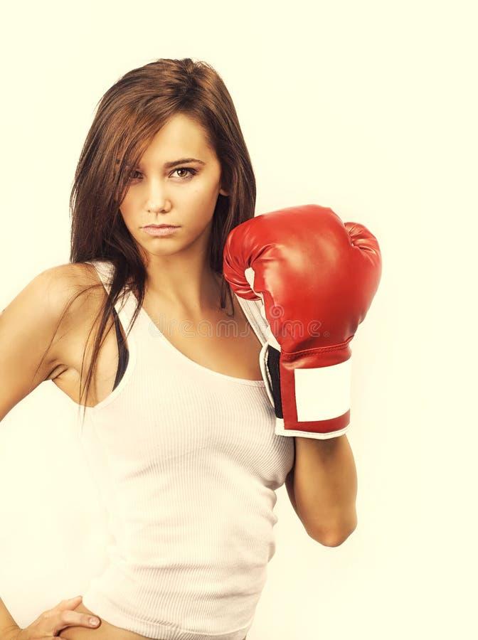 Jeune femme avec des gants de boxe images libres de droits