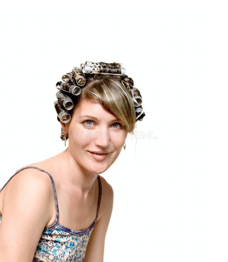 Jeune femme avec des haircurlers dans son héritier photo stock