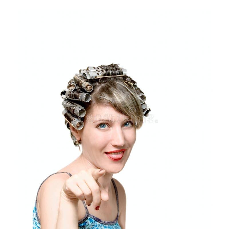 Jeune femme avec des haircurlers dans son héritier image stock