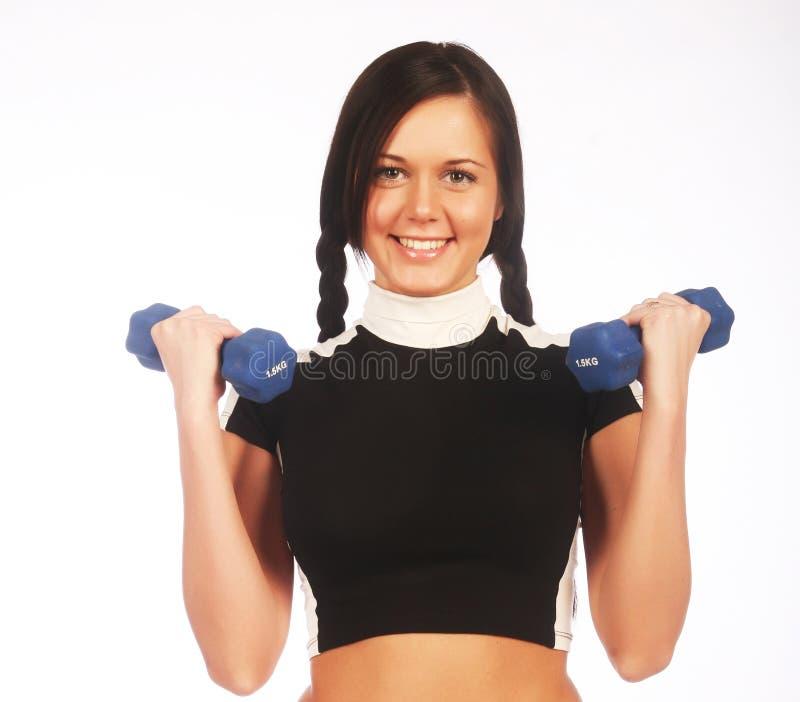 Jeune femme avec des haltères images stock