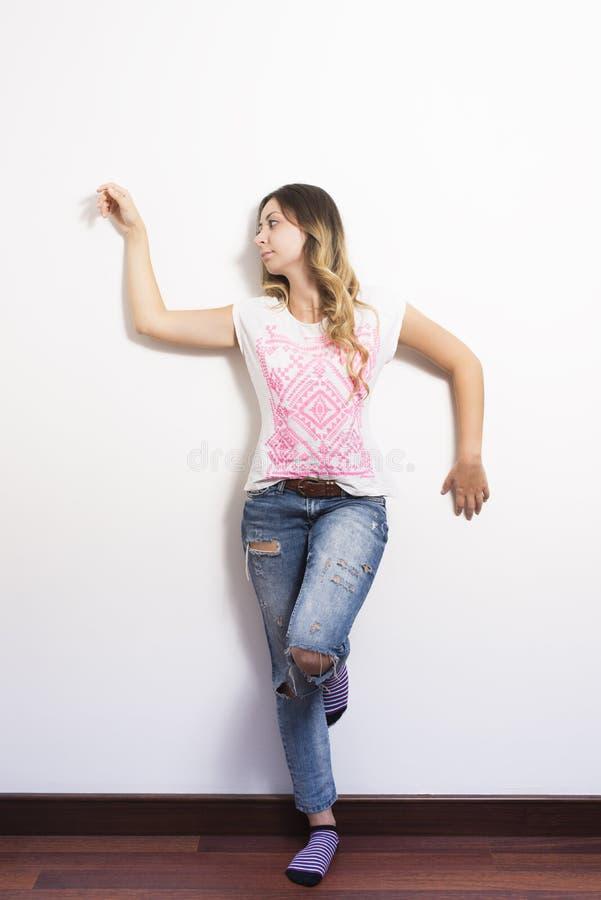 Download Jeune femme avec des jeans image stock. Image du enthousiaste - 45358415