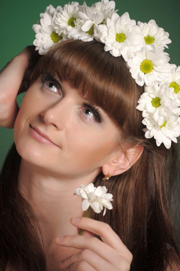 Jeune femme avec des marguerites images stock