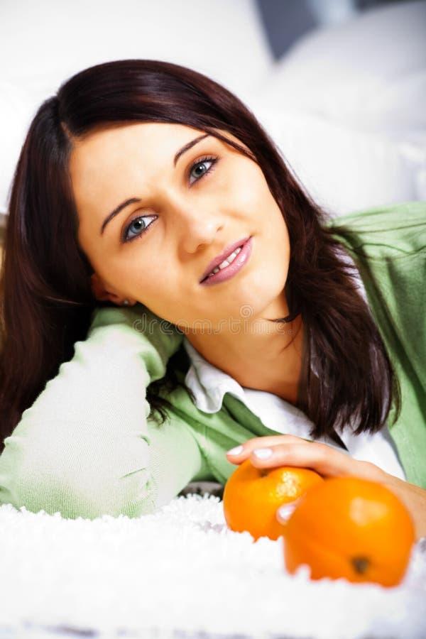 Jeune femme avec des oranges photo stock