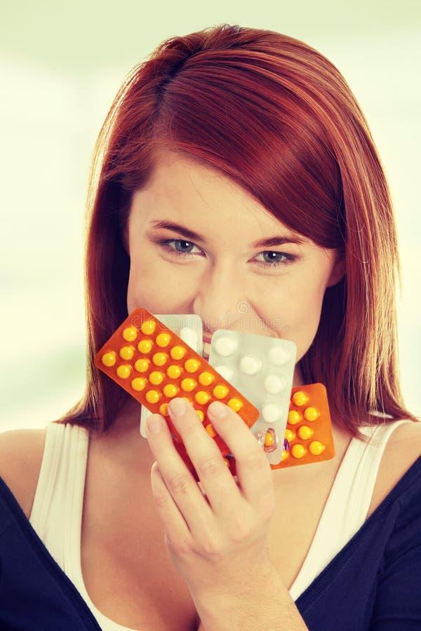 Jeune femme avec des pilules image libre de droits