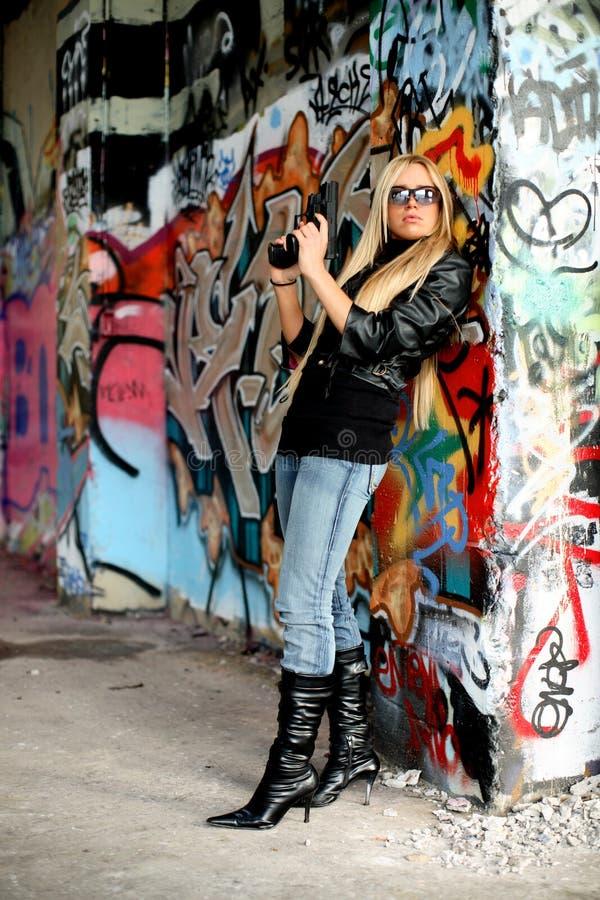Jeune femme avec des pistolets images libres de droits