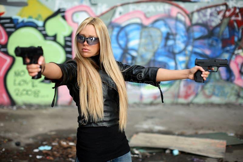 Jeune femme avec des pistolets photos libres de droits