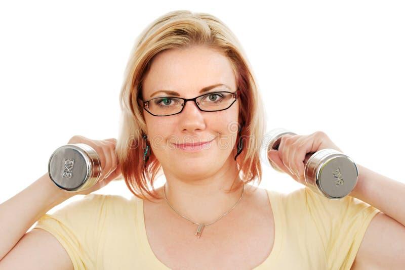 Jeune femme avec des poids photographie stock libre de droits