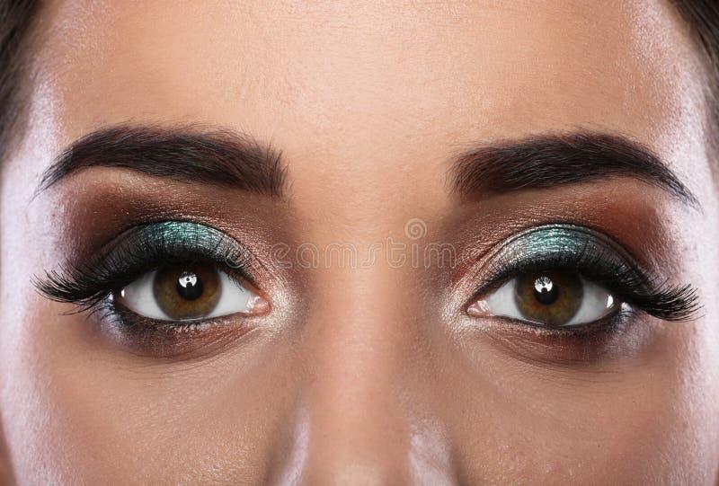 Jeune femme avec des prolongements de cil et le beau maquillage images libres de droits