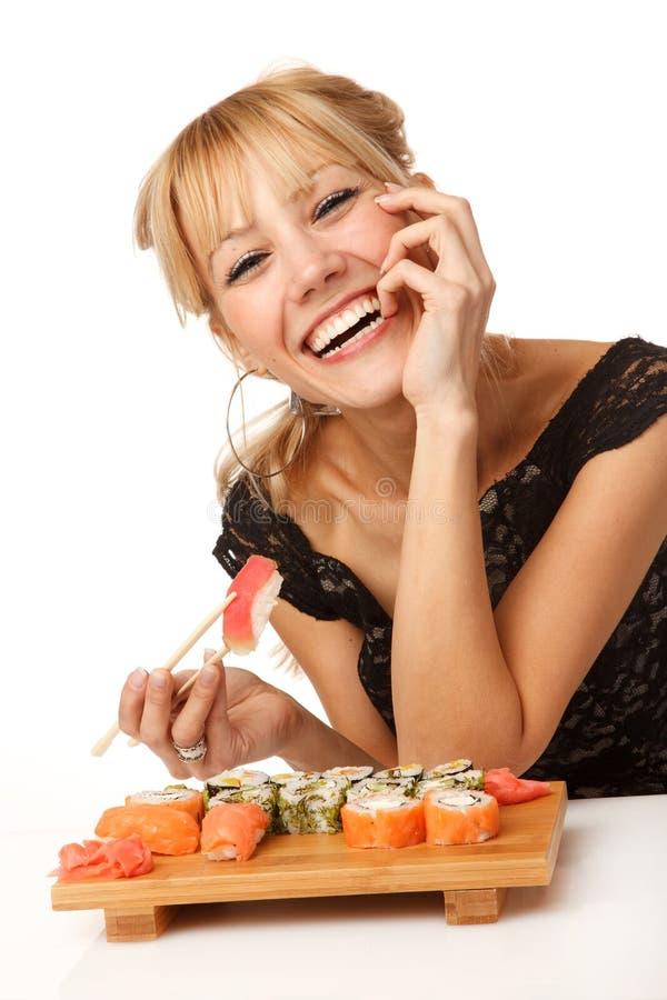Jeune femme avec des sushi photographie stock