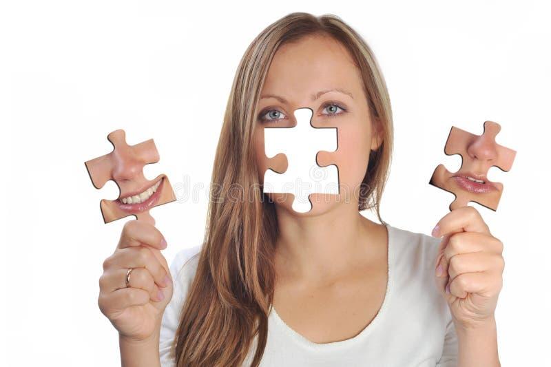 Jeune femme avec deux puzzles photos libres de droits