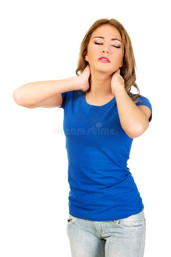 Jeune femme avec douleur cervicale image stock