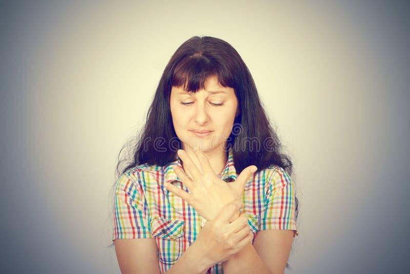 Jeune femme avec douleur de poignet image stock