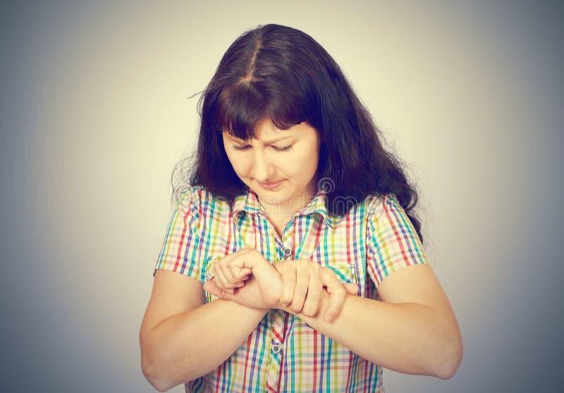 Jeune femme avec douleur de poignet images libres de droits