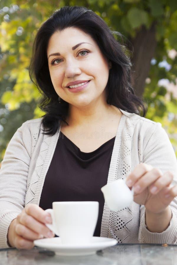 Jeune femme avec du café images libres de droits