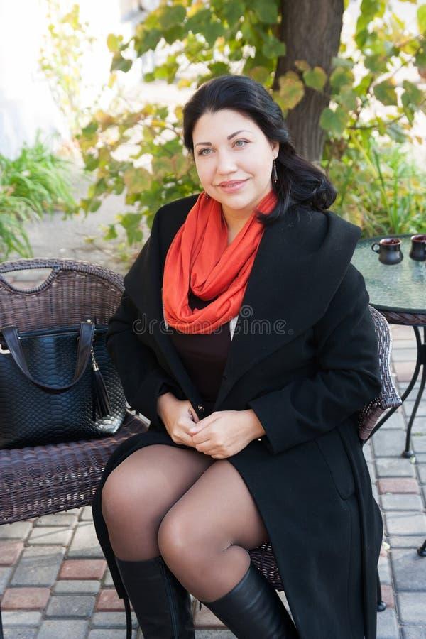 Jeune femme avec du café images stock
