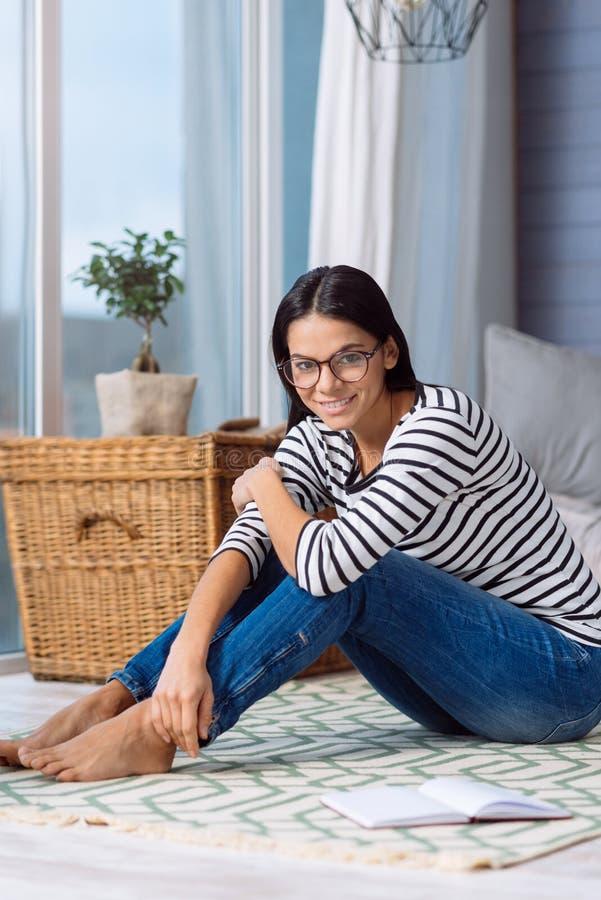 Jeune femme avec du charme appréciant le week-end à la maison photos libres de droits