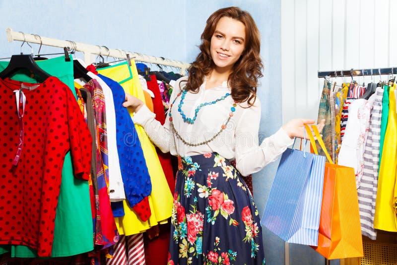 Jeune femme avec du charme avec des paniers dans le mail photo stock